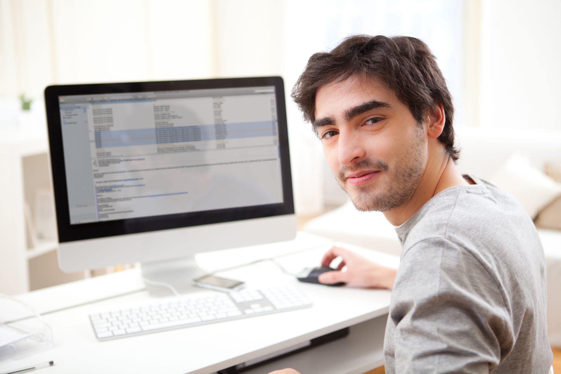склеивают фото парень перед компьютером различают, как внутренние
